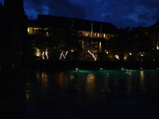 Amanusa : 夜のプールからレストランを