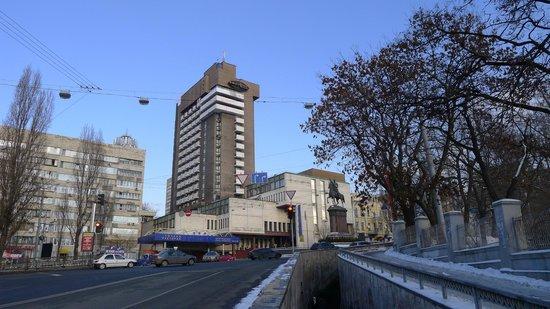 Express: Вид на отель. Рядом памятник Щорсу