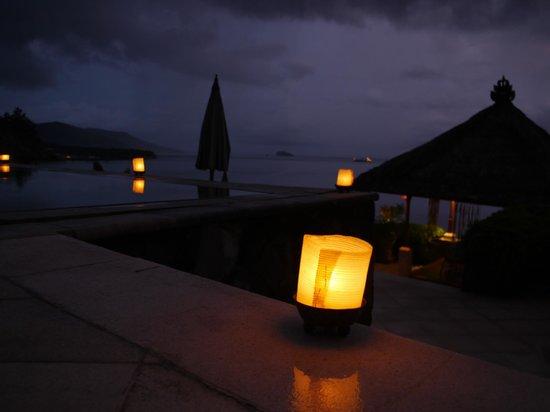 Amankila: 夜のプール