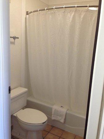 Motel 6 Leesville: bathroom
