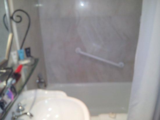 Crowne Plaza Niagara Falls - Fallsview : bathroom