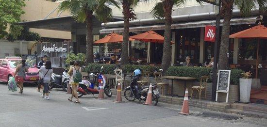 Adelphi Suites Bangkok: View of Monsoon Restaurant from street