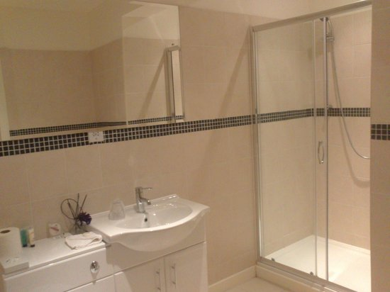 The Pearl Hotel: Bathroom
