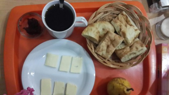 Envoy Hostel and Tours: 1st breakfast prepared by Georgie