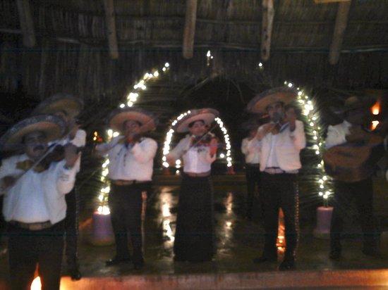 Las Alamandas: Mariachi's At New Year's Eve
