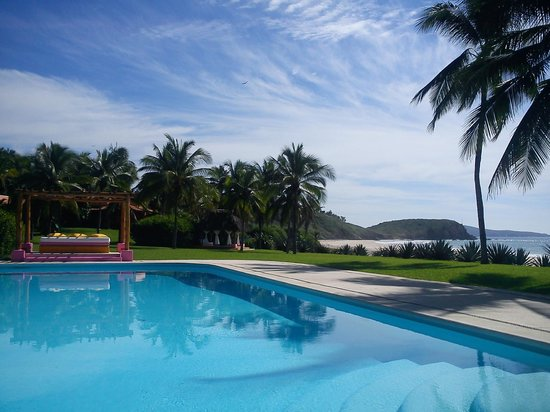 Las Alamandas: View over Pool onto Beach