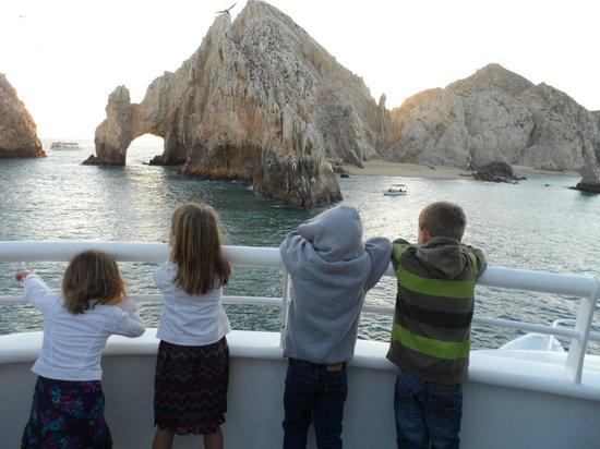 CaboRey Luxury Dinner Cruise: niños contemplando el paisaje
