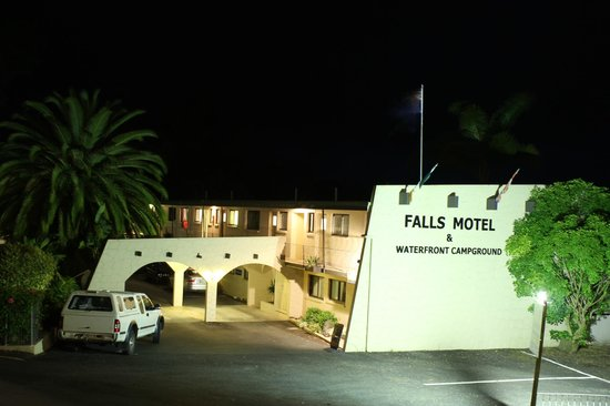 Falls Motel & Waterfront Campground: Motel at night