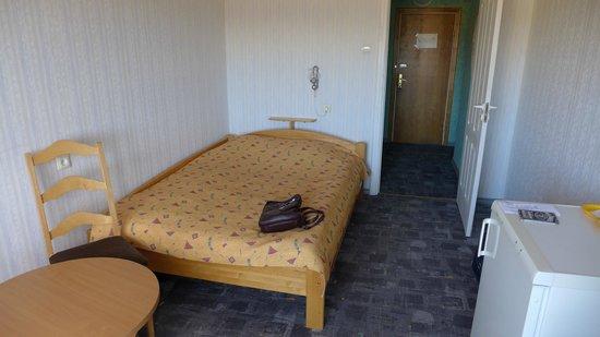 Talsi Hotel: Кровать в номере
