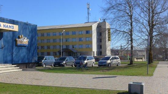 Talsi Hotel: Вид на отель со стороны площади