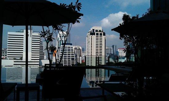 Sivatel Bangkok: Blick vom Frühstückstisch auf den Pool und die umliegenden Gebäude