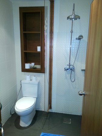 Patong Tower Holiday Rentals : Tiny bathroom