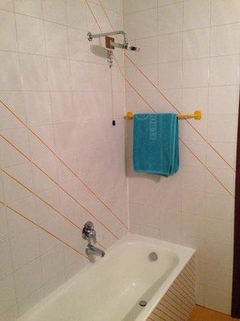 Europalace Hotel: Bagno camera 224 senza la tenda per la doccia