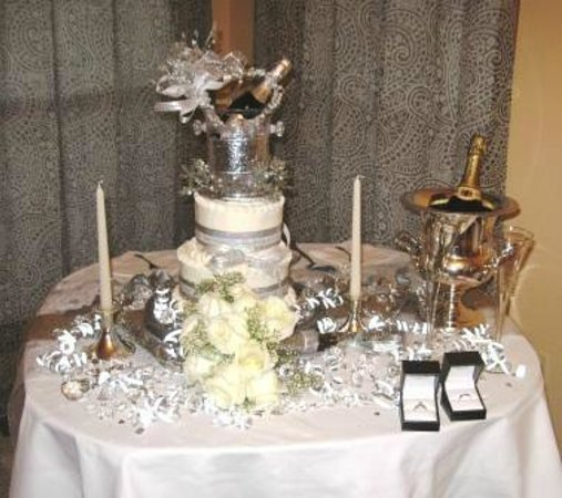 Eureka Springs Hideaway: Exquisite wedding cake and decorations