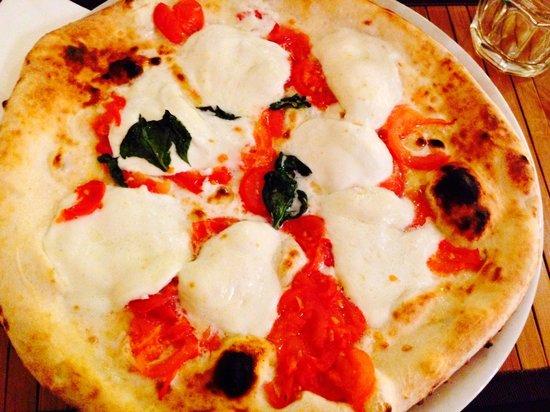 """Pizza Margherita: Il loro Cavallo di Battaglia """"PizzaMargherita"""", che si differenzia dalla Margherita Tradizionale"""