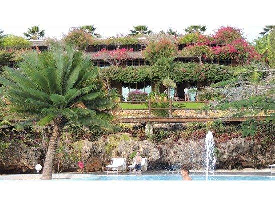 Diamonds La Gemma dell' Est: Hotel above the pool