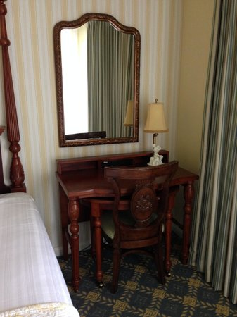 Disney's BoardWalk Inn: Desks with power outlets