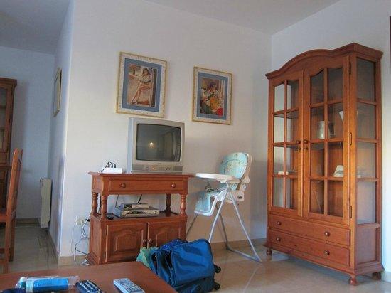 Miguel Angel Apartments : Гостиная и телевизор