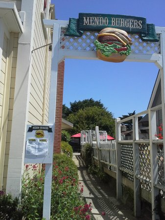 Mendo Burgers : It is easy to miss cause there are places on both sides and you have to walk down this to get to