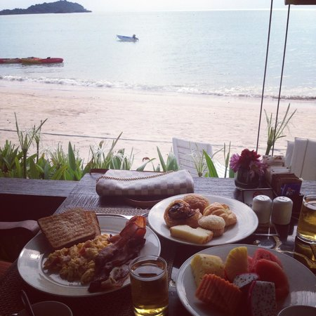 Sareeraya Villas & Suites: Breakfast fit for a king on the beach