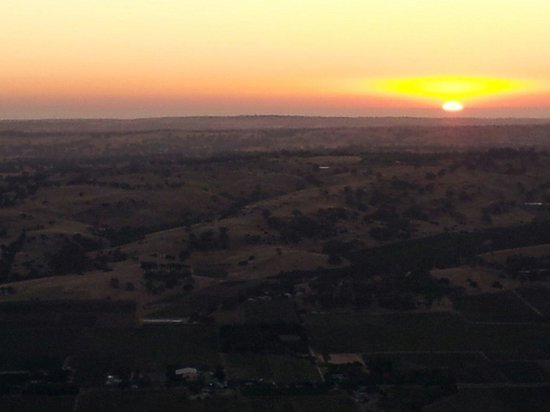 Nuriootpa, Australia: Then we launch just in time for the sunrise over the Barossa Valley.
