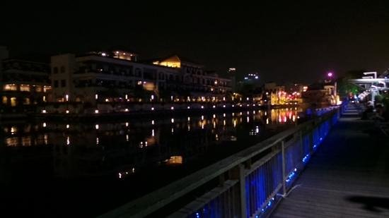 QuaySide Hotel: Night view.
