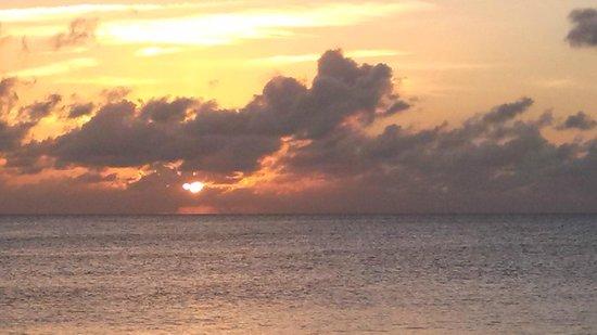 Cayman Reef Resort: Incredible sunset