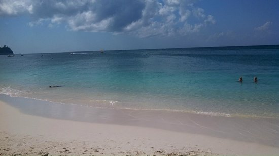 Cayman Reef Resort: Just at the beach