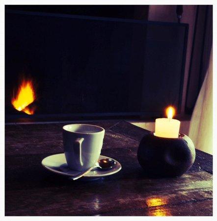 Ponta dos Ganchos Exclusive Resort: Detalles como café y fuego en la chimenea.