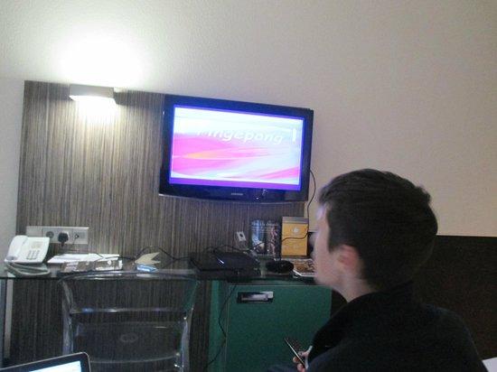 WestCord City Centre Hotel Amsterdam : Televisor con diferentes servicios. Caja de  seguridad