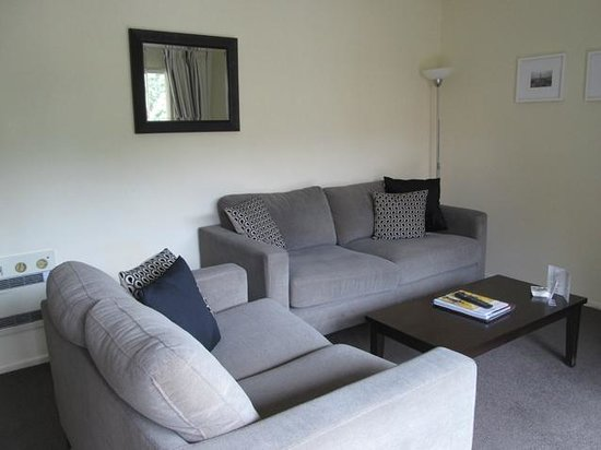 Tuscana Motor Lodge: Another view of comfy lounge