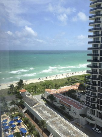 Miami Beach Resort and Spa: View of hotel beach from room