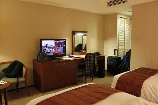 Hotel Century Southern Tower: Smart TV - convenient for checking emails and watching on-line shows
