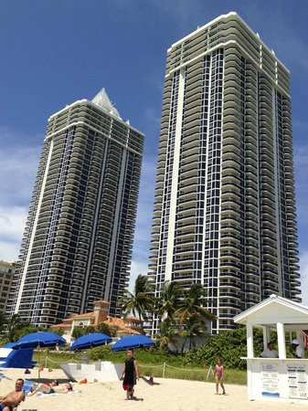 Miami Beach Resort and Spa : View of hotel from the beach