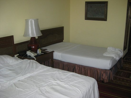 Empress Hotel: Non-comfortable beds