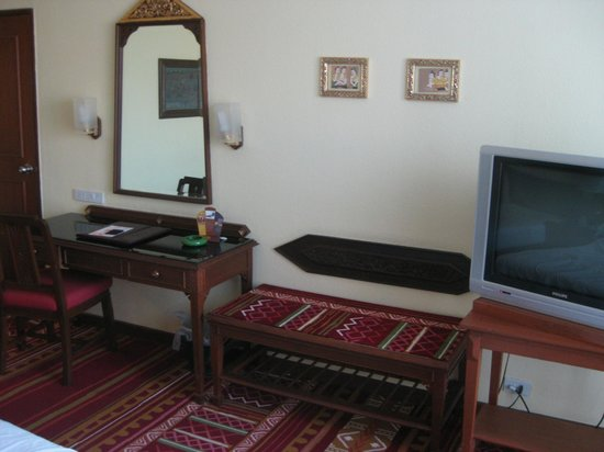 Empress Hotel: Desk and luggage shelf