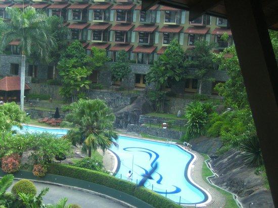 Earl's Regency : pool view