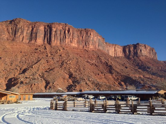 Red Cliffs Lodge: Cliff, river, lodge