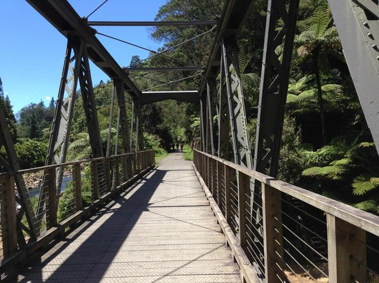 Hauraki Rail Trail - Day Rides : Bridge connecting the tunnel to the trail going from Waikino to Paeroa