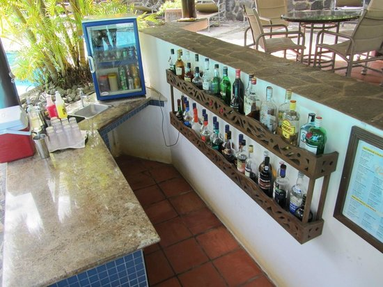East Winds Inn: Well-stocked serve yourself pool bar!