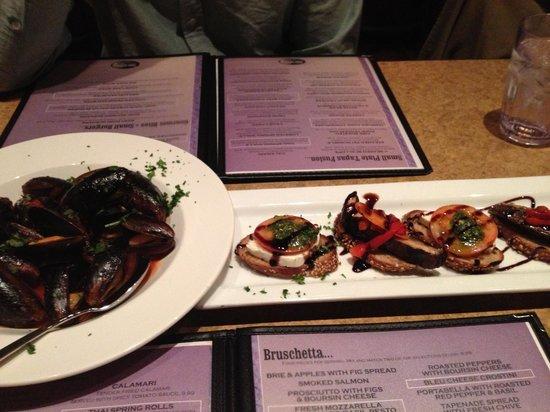 Tapa La Luna : L: Mussels with spicy marinara; R: Bruschetta (mozz/tomato/pesto and portabella/red pepper basil