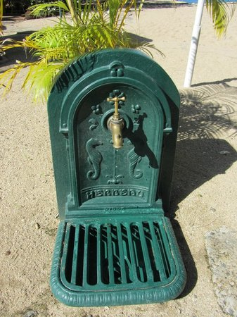 East Winds Inn: Very original foot-washing stations off the beach