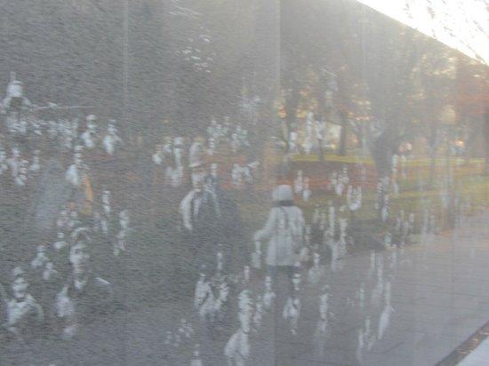 Monumento a los veteranos de la Guerra de Korea: Hologram wall