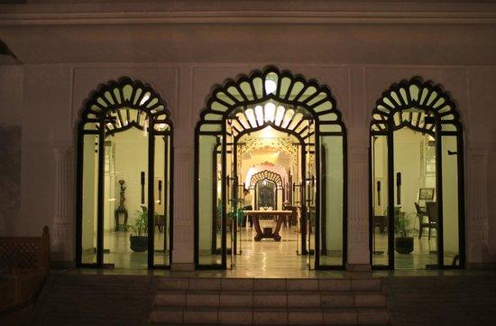 Utkarsh Vilas : 入口からロビーを覗きます。