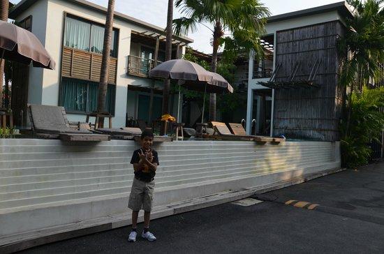 Paragon Inn: The pool area is quite impressive