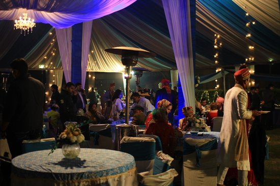 Ashok Country Resort: 庭では豪華な結婚式が
