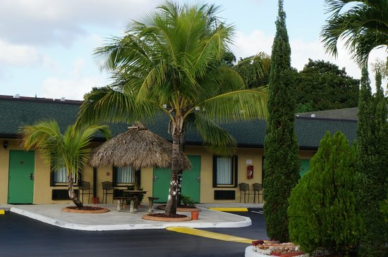 Travelodge Florida City/Homestead/Everglades: Nice landscaping with outdoor tables and chairs, and a pool