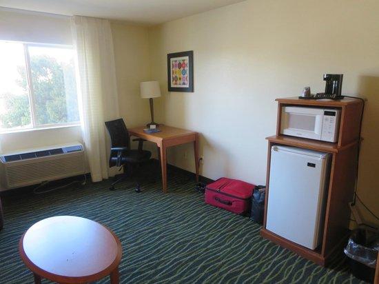 Fairfield Inn St. George: Desk, refrigerator and microwave