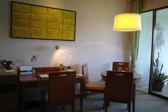 Shangri-La's Rasa Ria Resort & Spa : Desk/ table area in room