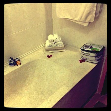 Ha An Hotel: Bathtub could not be used as hot water runs out.